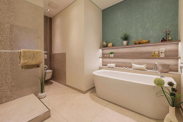 Eine bodengleiche Glasdusche mit einer Walk-in-Abtrennung und eine frei stehende Badewanne sorgen für einen optisch besonderen Effekt und ein charakterstarkes Bad