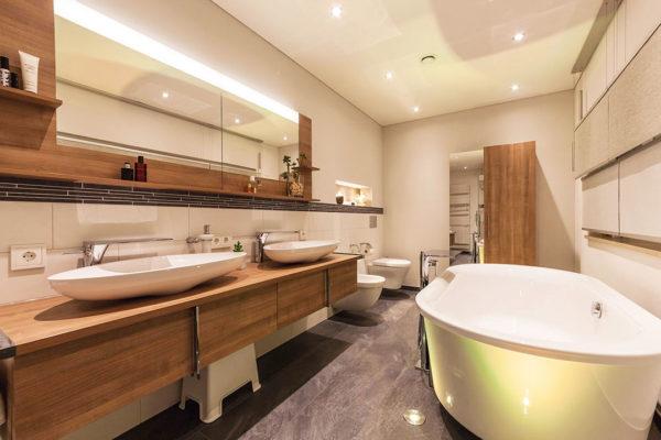 Durch die frei stehende Badewanne mit Akzentbeleuchtung schufen wir ein charakterstarkes Bad.