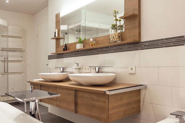 Ein elegantes und charakterstarkes Bad mit viel Stauraum, einer Handtuchheizung und bodengleicher Dusche.