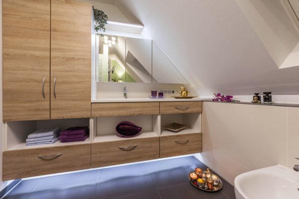 Wandhängende Möbelelemente mit Akzentbeleuchtung sowie helle Fliesen sorgen für ein mediterranes Ambiente und ein charakterstarkes Bad.