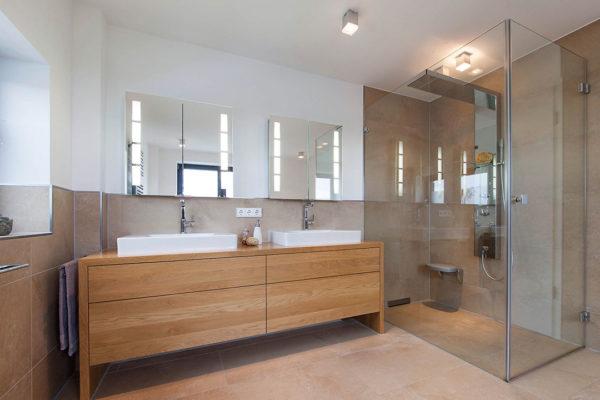 Einbau eines individuell entwickelten Waschtischunterschranks in der gleichen Optik, die auch die Badewannenverkleidung charakterisiert, schufen wir ein charakterstarkes Bad.